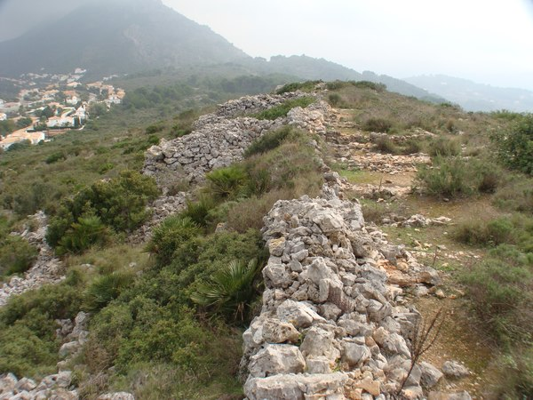 Vista general de les ruïnes de l'Alt de Benimaquia. Foto: Josep A. Ahuir. Estiu de 2014