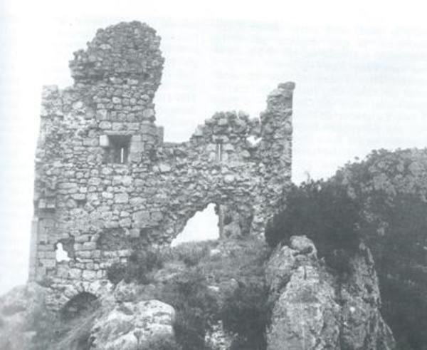 Castell de Prenafeta vers l'any 1932. Fotografia de l'arxiu particular de Josep Pau Jàvega Bulló