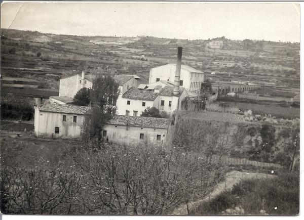 Fàbrica del Valls a Sant Pere de Riudebitlles. Fotografia propietat del fons fotogràfic de l'Arxiu del Grup de Recerques de Sant Pere de Riudebitlles.