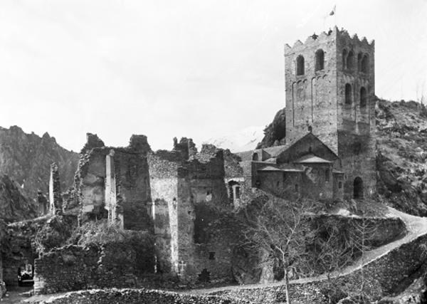 L'Abadia de Sant Martí del Canigó abans de ser restaurada, (Castell de Vernet, Conflent).Entre 1882-1929.  Imatge: Autor desconegut. Arxiu Fotogràfic Centre Excursionista de Catalunya