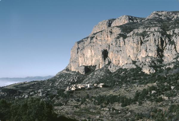 El poble abandonat d'Herba-savina sota la serra de Pessonada (Conca de Dalt, el Pallars Jussà). 1975. Autor: Camil José Guiu. Arxiu Fotogràfic del Centre Excursionista de Catalunya.