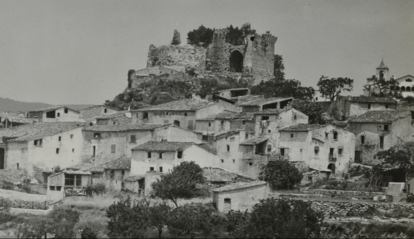 Vista general del castell i entorn, Querol (Alt Camp). 19??. Autor: Pere Català i Roca. Generalitat de Catalunya, Departament de Cultura.