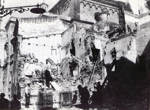 Destrucció produïda pel bombardeig angloamericà de l'Alguer. Àrea adjacent a la catedral de Santa Maria (Sardenya) 1943. Autor: Arturo Usai.