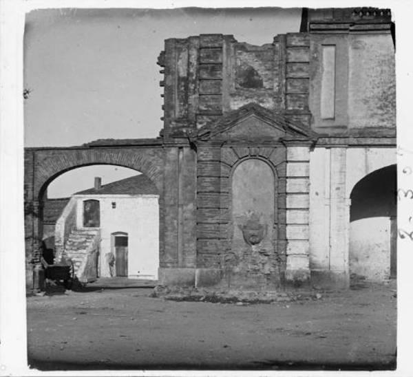 Vista dels porxos de la plaça de Carles III, Sant Carles de la Ràpita (el Montsià).1916. Autor: Josep Salvany i Blanch. Fons Fotogràfic Salvany. Biblioteca de Catalunya