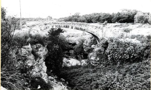 Restes del Pont dels Romans o dels Moros, Alcover (Alt Camp) 1984. Autor: M.E.Gimenez. Generalitat de Catalunya. Departament de Cutlura (http://invarquit.cultura.gencat.cat.)