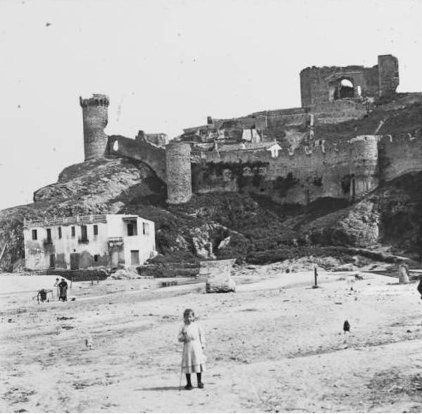 Vista de la platja i el Castell enderrocat, Tossa de Mar (Selva)1913. Autor: Josep Salvany i Blanch. Biblioteca de Catalunya.