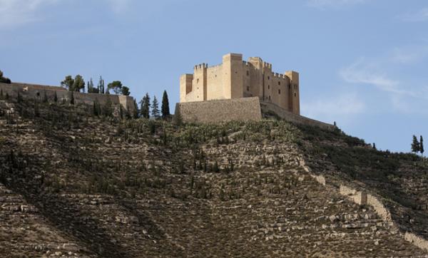 Imatge del castell de Mequinensa i el seu entorn, Mequinensa (Baix Cinca) 2011. Autor: PMR Maeyaert, LoCloud.