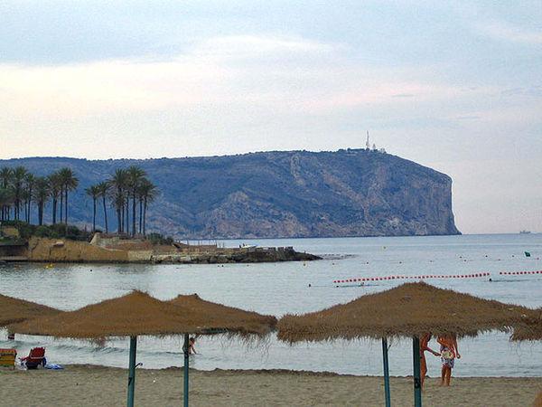 Cap i Plana de Sant Antoni des de la platja de les arenetes a Xàbia, Dénia (La Marina Alta) 2008. Autor: Espencat. Commons Wikimedia.