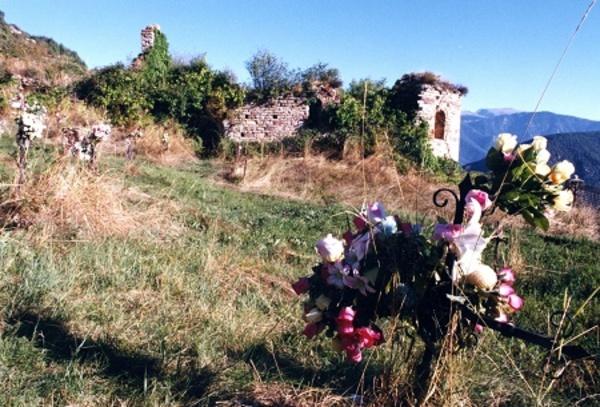 Imatge de Església vella de Sant Martí d'Ansovell i el cementiri. Cava (Alt Urgell). Autor: Jordi Contijoch Boada. Generalitat de Catalunya, Departament de Cultura (http://invarquit.cultura.gencat.cat).