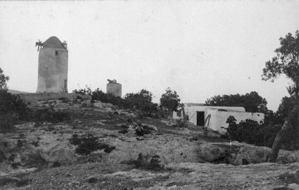 Una casa i dos molins sense aspes als afores d'Eivissa. 1928. Autor:  Baltasar Samper.  Arxiu Fotogràfic Centre Excursionista de Catalunya.