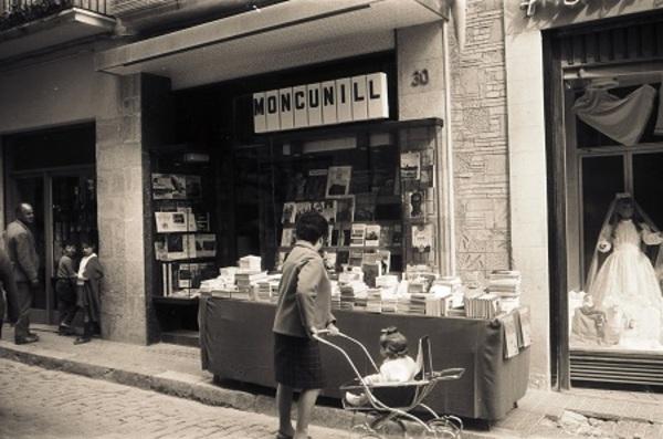 La llibreria Moncunill al carrer de la Cort de Valls (Alt Camp).1968. Autor: Galimany / Arxiu Municipal de Valls.