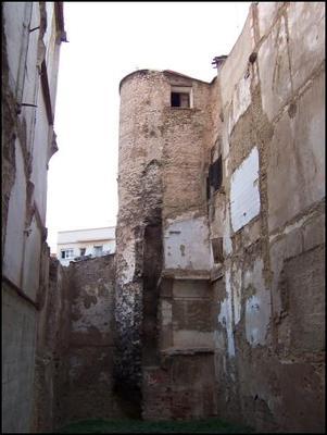 Imatge on veiem una de les torres que pertanyien a la muralla àrab. València (l'Horta) 2008. Autor: Felivet. Wikimedia. https://commons.wikimedia.org/wiki/File:Muralla_%C3%A0rab_torre_%C3%A0ngel.jpg?uselang=es