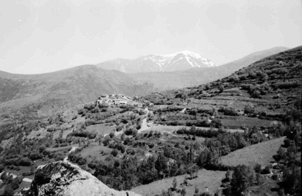 Imatge del poble de Castellnou d'Avellanos i el seu entorn. Sarroca de Bellera (Pallars Jussà) 1971. Autor: Fons Ricard Subirà i Hereu. Arxiu Comarcal del Pallars Jussà.