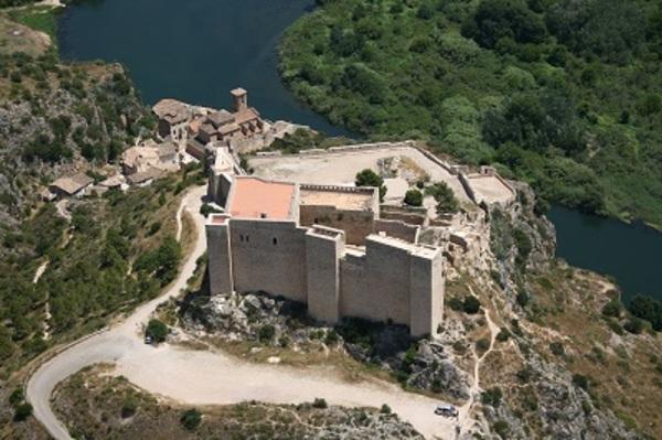 Vista aèria del castell de Miravet.(Ribera de l'Ebre).  Fons: MHC-AVIOTEC.