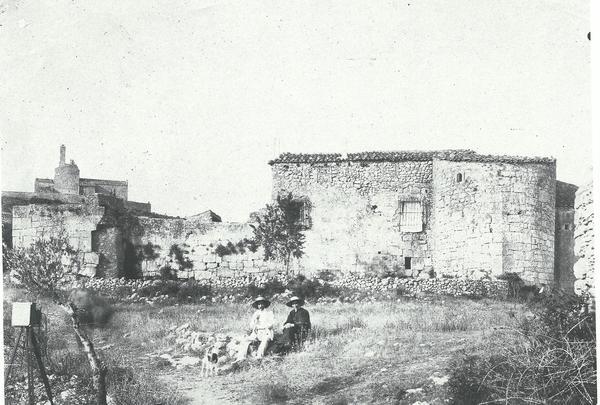La muralla d'Olèrdola a les primeries del segle XX (Foto: Arxiu Vineseum)